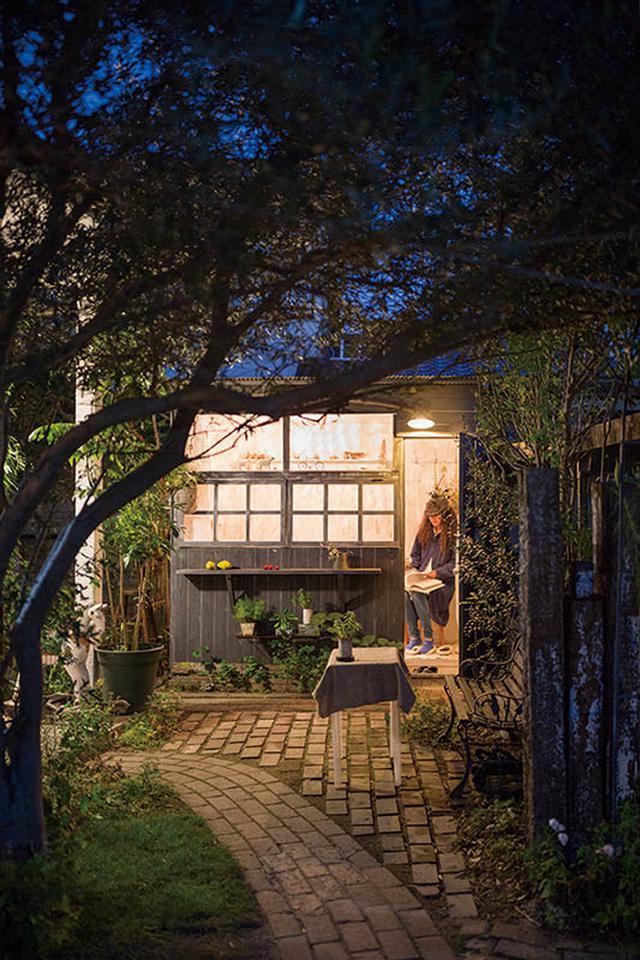 画像: 夜になれば、出入り口に設けたランプが灯る。電気は母屋から引いた