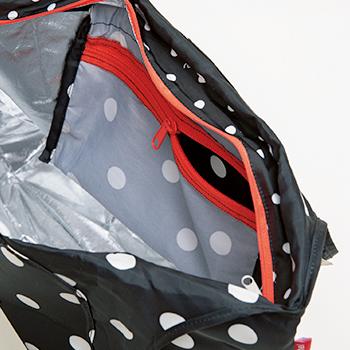 画像: 内側のファスナー付きポケット。収納時にはケースとして、たたんだ本体を折り込んでしまえる