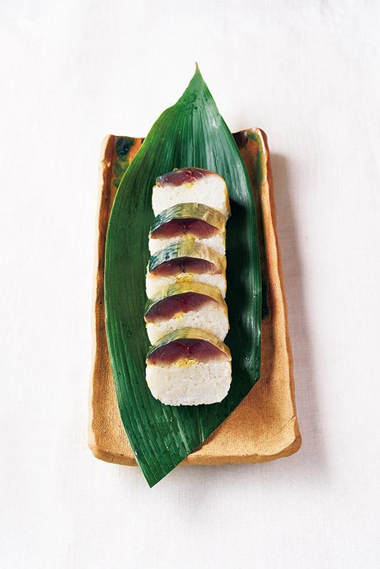 画像: 味わい深く、見た目も美しい「さば寿司」。途中までの工程のさばを使って、〆さばもできる