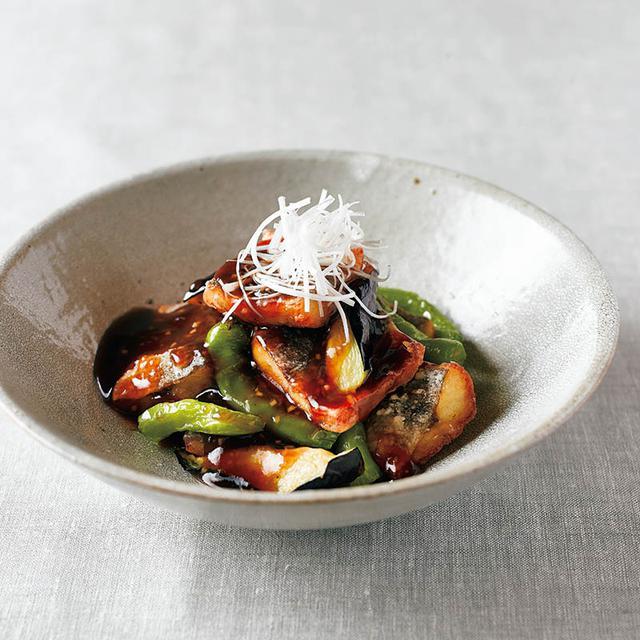 画像: 揚げたかますにバルサミコ酢のあんをかけた「かますと夏野菜のバルサミコ酢あんかけ」。夏野菜もしっかり摂れる