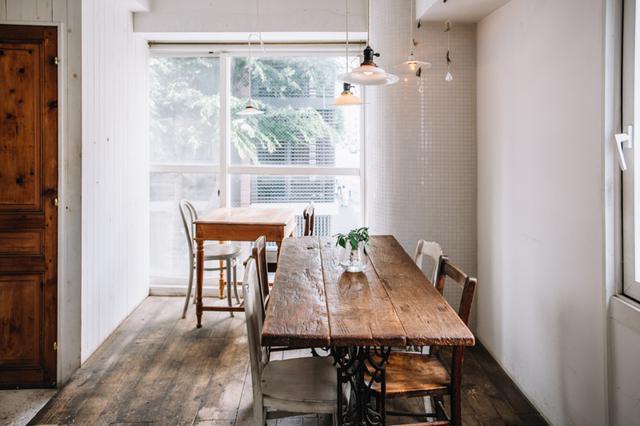 画像: 家具は坂口さん夫妻が、店の設計士さんと一緒に、古道具屋を巡って見つけたもの