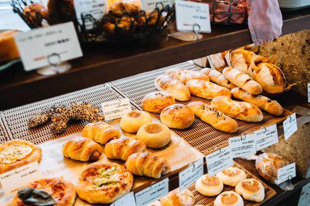 画像: 毎日60~70種ものパンを焼き上げている。商品が最も多く揃うのは、お昼の1時頃