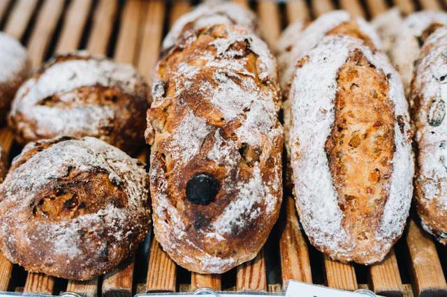 画像: ハード系も充実。土曜日には「週末を楽しんでほしい」と、ブルーチーズ入りのパンなどお酒に合うパンが登場する