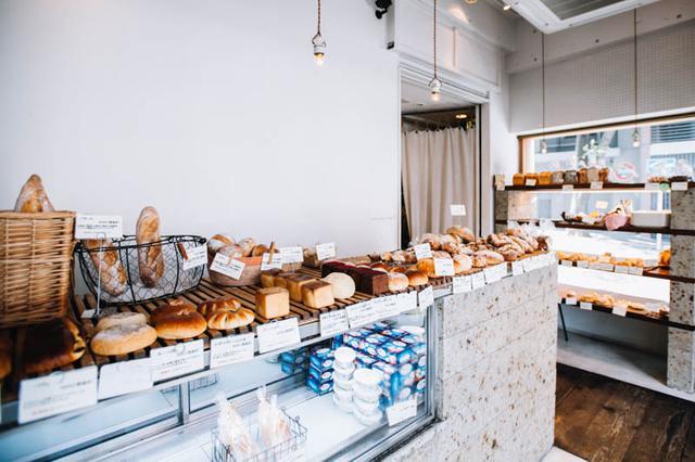 画像: カウンターにパンがずらりと並ぶ姿は、パリのマルシェをイメージしたもの