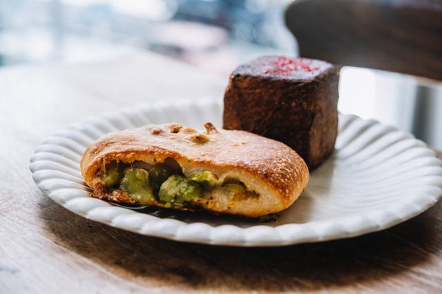 画像: 手前が「リュスティック」。そら豆にパルメザンチーズとベーコンのコクと塩気が加わり、ビールに合いそうな大人の味