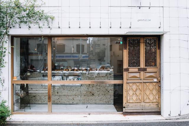 画像: フランスから直輸入した、南仏アンティークの木製扉が目印