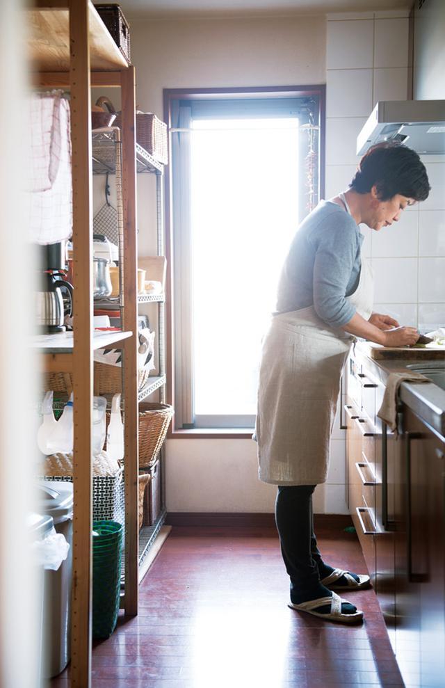 画像: ベランダに面したキッチンは気持ちのいい場所。料理をしながら頭と身体をほぐしていきます。