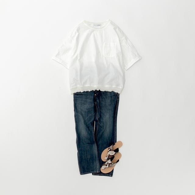 画像: 白プルオーバートップス ¥22,000/ヴェリテクール エ セ コパン デニムパンツ ¥18,000/ヴェリテクール サンダル(スタイリスト私物)