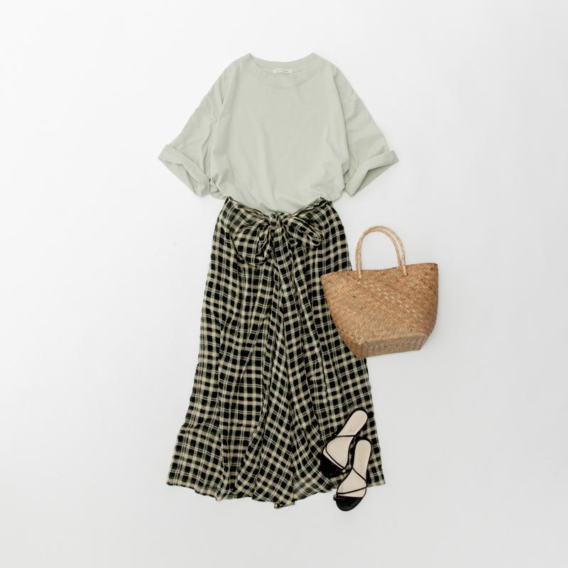 画像: グリーンTシャツ ¥6,400/アデュー トリステス チェックスカート ¥24,000/ロワズィール かごバッグ、サンダル(スタイリスト私物)