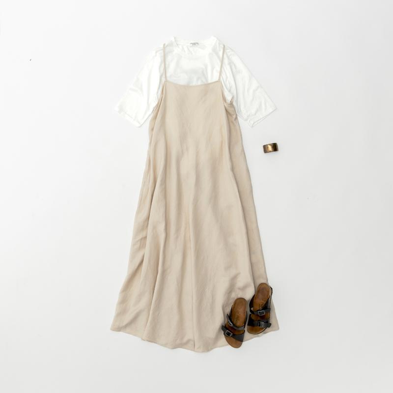 画像: バングル ¥6,800/ロワズィール Tシャツ、キャミワンピース、サンダル(スタイリスト私物)