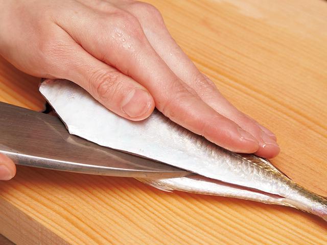 画像: 魚をおろす練習をするのに最適なのはあじ。あじをマスターすれば、大きな魚もおろせる