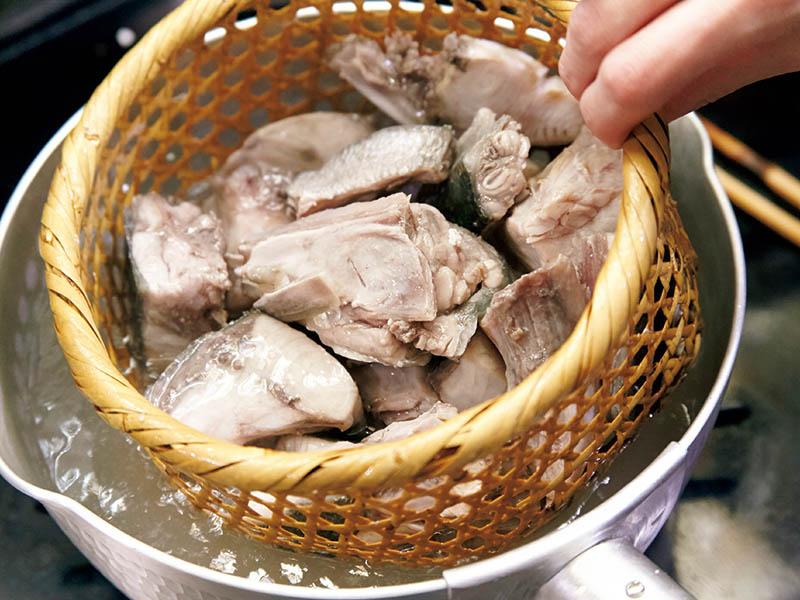 画像: ざるごと鍋の中に入れられる目ざるは、霜降りに重宝する