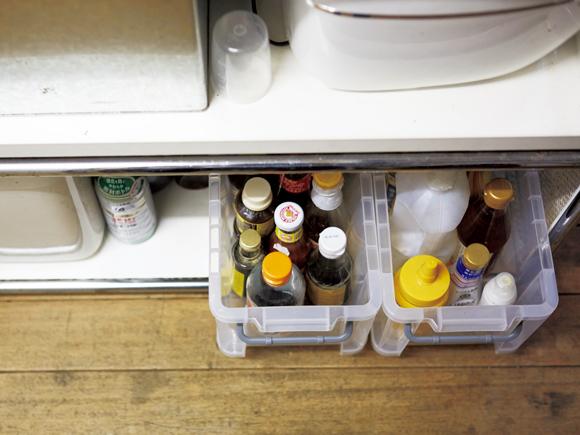 画像: パッケージが主張しすぎる調味料などは、プラケースにまとめて入れ、下の段に。キャップで判別できるので、不便はない