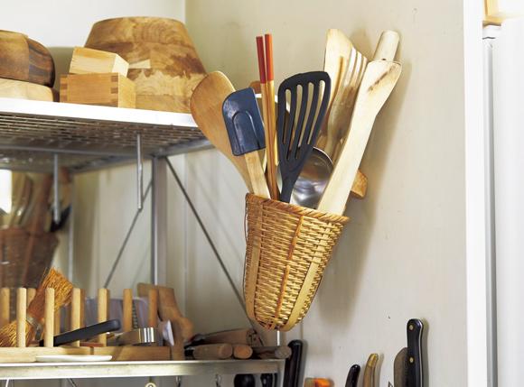画像: 1 水切りかごに道具をまとめる