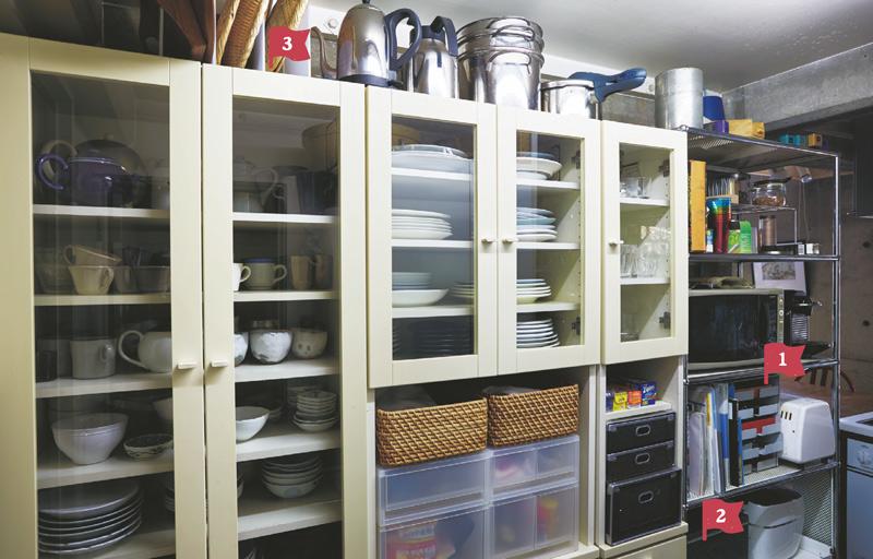 画像: キッチンのすぐ横には、実用的だけれど、目に触れなくてもいいもの、日常、使わないものが、効率よく収納されている。壁裏で、来客からは見えない場所