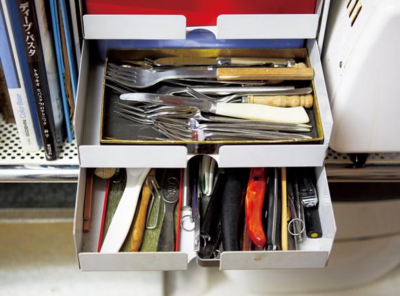 画像: 1 カトラリーは小引き出しに、中は箱で仕切って