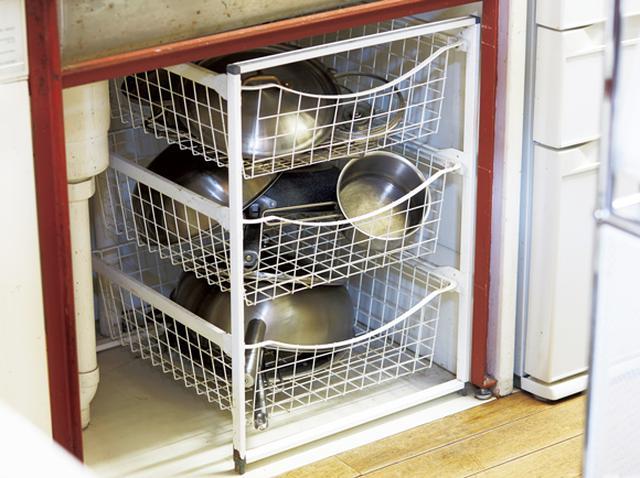 画像: 2 シンク下にはよく使う鍋を収納
