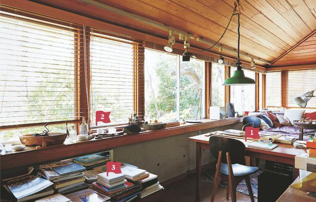 画像: 2階にある仕事場は、ぐるりと窓に囲まれた、庭の木々を眺められる明るいスペース。ここにも、好きなものしか置かれていない