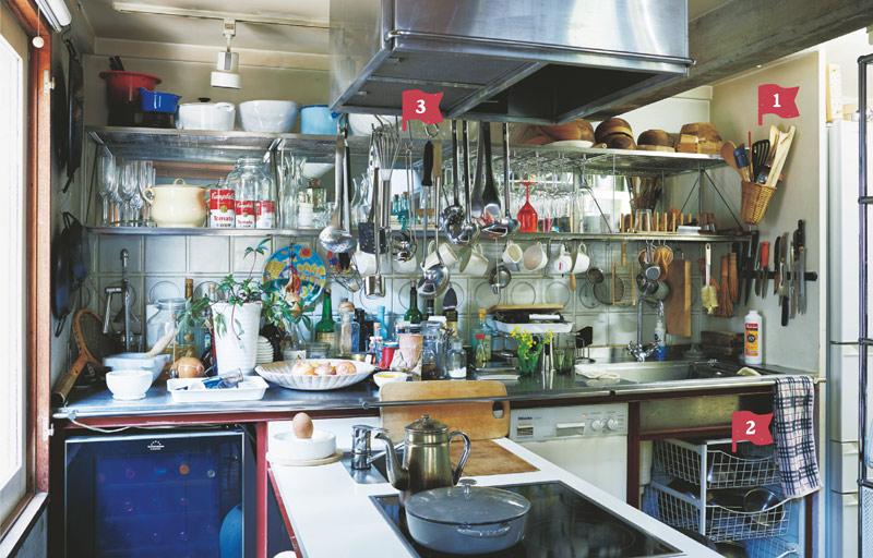 画像: どこに何があるのか一目瞭然。物はたしかにたくさんあるけれど、あるべき場所、手に取りやすい位置に収まっているから、料理中にあれこれ捜すことはない