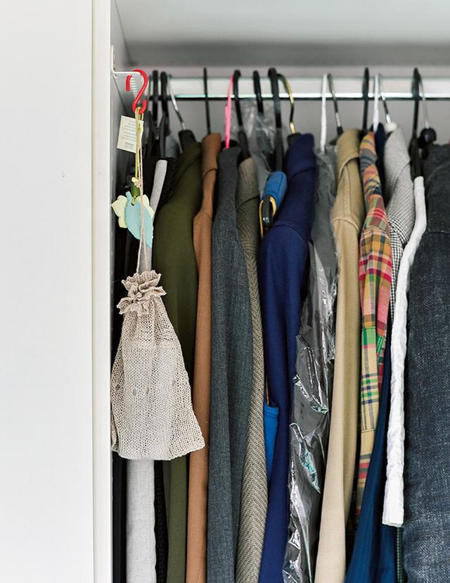 画像: クローゼットに収納する服は頻繁に洗濯できないものが多く、においがこもりがち。ニット袋に入れて吊るしておく