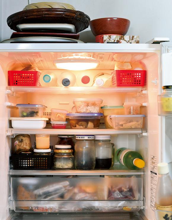 画像: 冷蔵室は保存する食品から発せられるにおいが混じり合うことも。その対策として、少し残ったものを収納するかごに一緒に入れ、上段に置いておく
