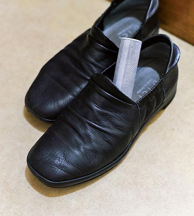 画像: 履いた靴はすぐにしまわず、湿気を飛ばしながら、活性炭を差し込んでイヤなにおいもとる