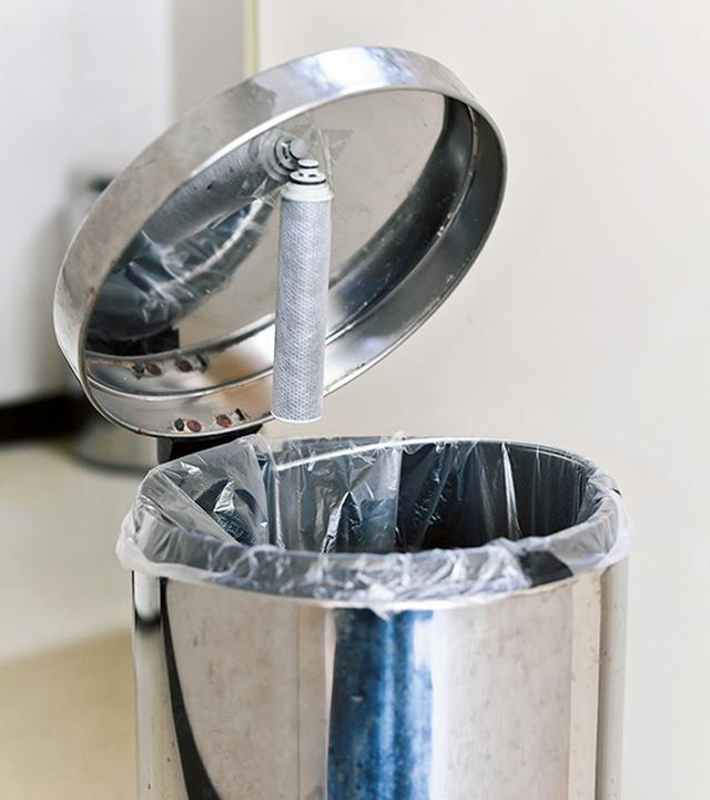 画像: 生ごみは時間が経つと腐敗臭が発生するので、ごみ箱のふたの裏に貼り付けて。オムツ対策にも