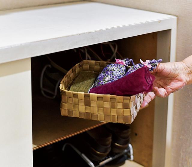 画像: 多くの靴を収納する下駄箱は、それぞれの靴に残ったにおいが充満しがち。消臭用にかごに入れておく