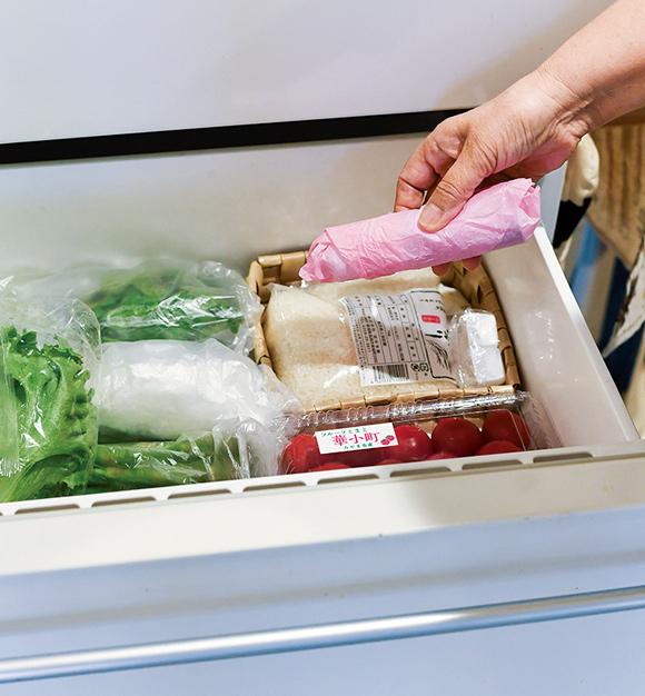 画像: エチレンガスは空気より軽いので野菜室の上のほうに活性炭を置くと効果的。阿部さんは冷蔵庫内を循環させることでフードロスをなくしている