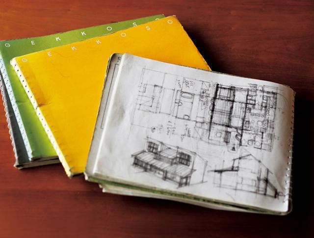 画像: 建築作品のスケッチには、長年、月光荘のノートを愛用。いつでも見返せるように本棚にまとめて保管