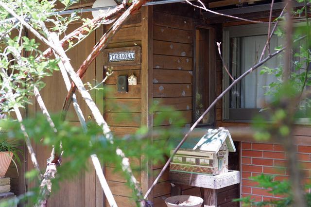 画像: 緑に囲まれた寺岡家の玄関
