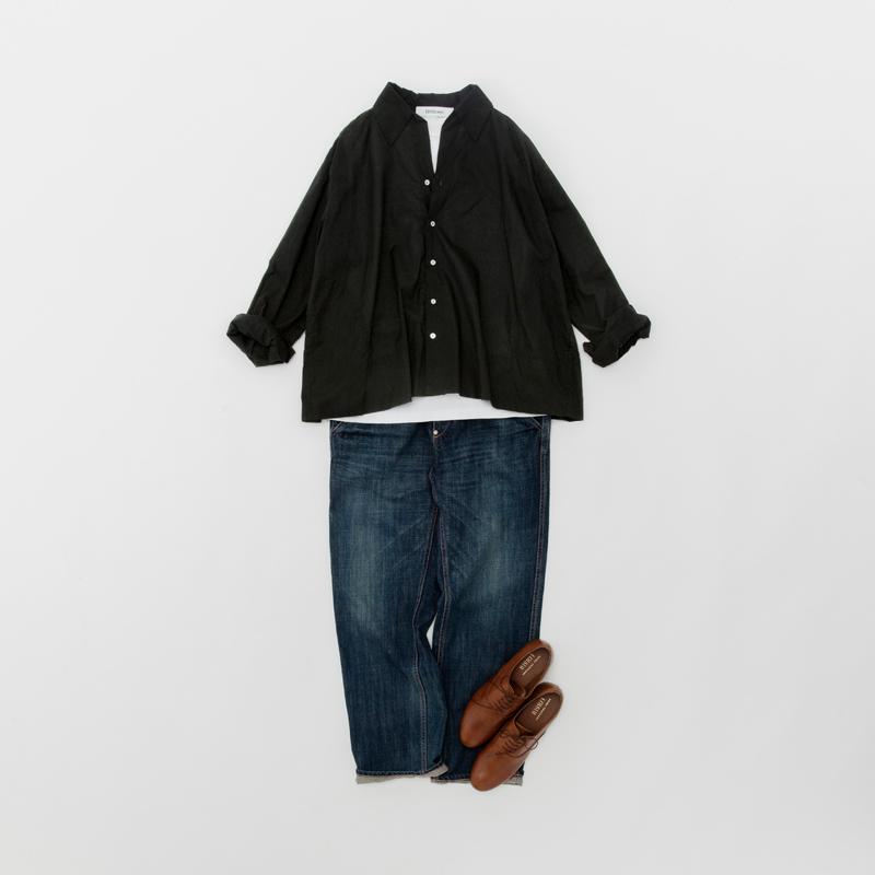 画像: クロのワイドシャツ ¥16,000/ヴェリテクール 下に着たカットソー ¥7,000/ヴェリテクール デニムパンツ ¥18,000/ヴェリテクール シューズ ¥17,800/ロワズィール
