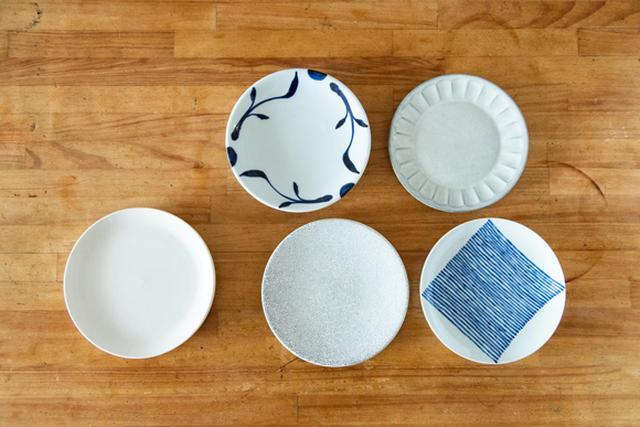 画像: わが家にある直径19cmの皿。小さなメジャーを持って出かけるので、これはと思ったお皿に出合ったらサイズを計って購入