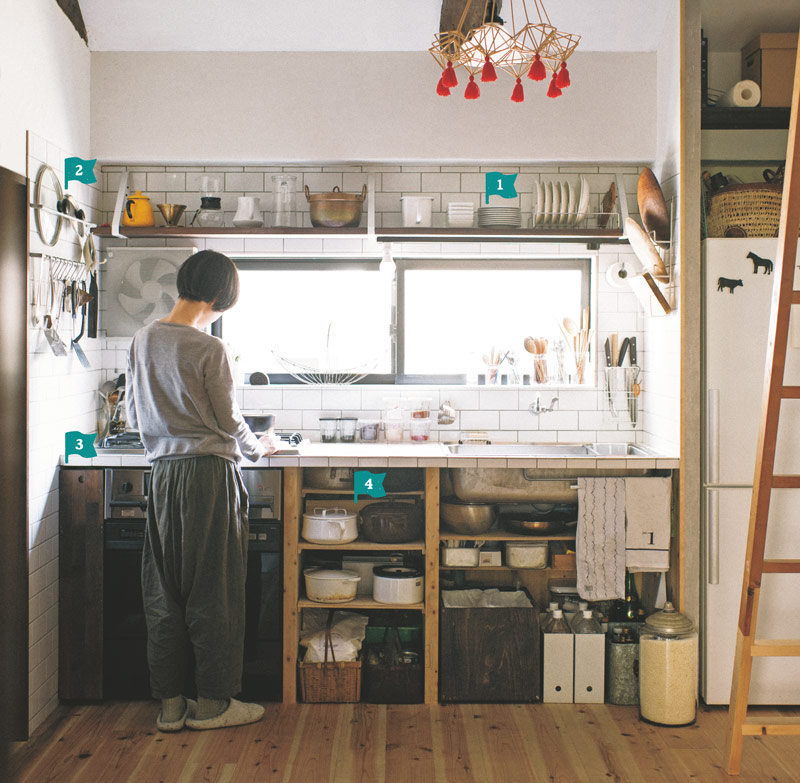 画像: 明るい日差しが心地いい2階のキッチンスペース。使いやすそうな収納スタイルからは、毎日の食事を大切にする暮らしぶりが伝わってくる。六畳のダイニングキッチン、四畳半の和室が、主な生活空間に