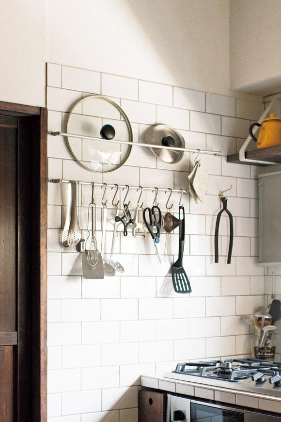 画像: 2 鍋ぶたやキッチンツールは便利なポール収納に