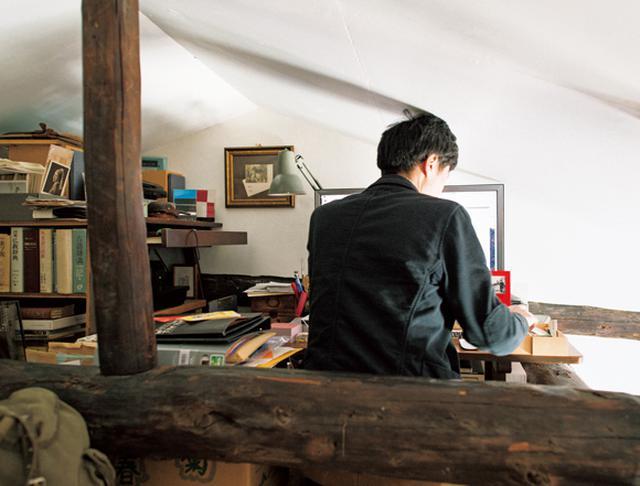 画像: ダイニングの上は、梁を利用したロフトに。「納戸的な物置にする予定だったのですが、なぜか扉野さんの書斎に」と潤さん