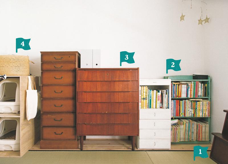 画像: おふたりそれぞれが持っていたたんすや棚などをそのまま活用しているそう。高さや奥行きが同じような家具を壁一列に並べているため、すっきりとした印象で、空間も広く使える