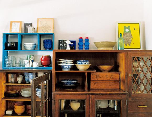 画像: リビングの食器棚には持っていた棚を幾つか組み合わせて。床に座る生活スタイルに合う、背の低い小ぶりの家具が並ぶ