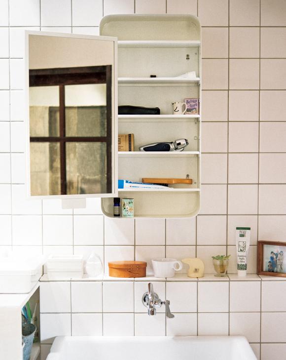 画像: 洗面アイテムはスライドミラーの奥に