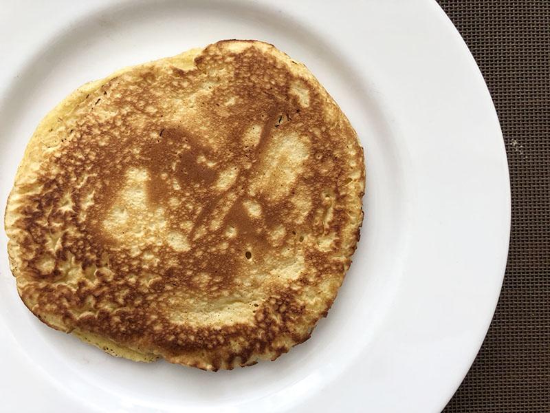 画像: ローザが生んだ卵でつくったパンケーキ。ニワトリの卵でつくるよりも濃厚な味わいです