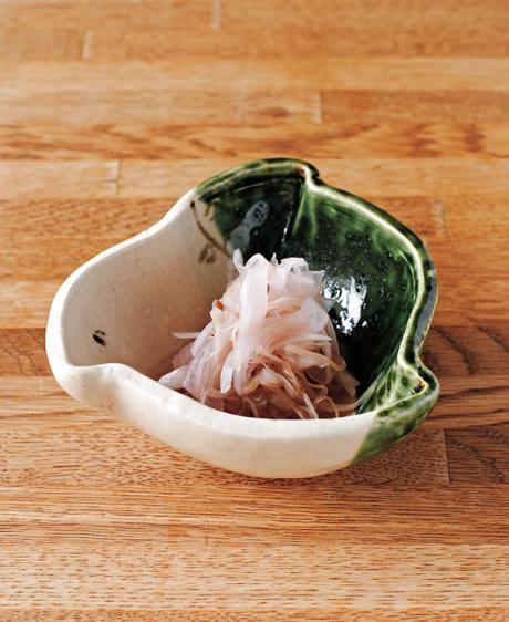 画像: 淡いピンクが食卓のアクセントになる、新玉ねぎとみょうがのピクルス。口の中がさっぱり