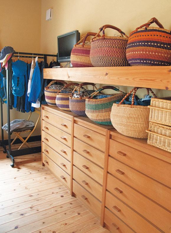 画像: 寝室には日常着を収納