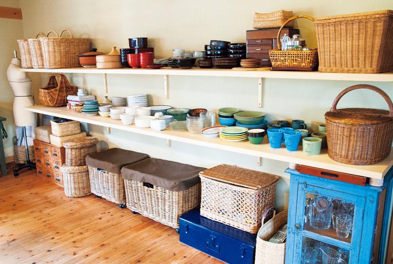 画像: 大きな家具は置かず、棚板のみでシンプルに収納