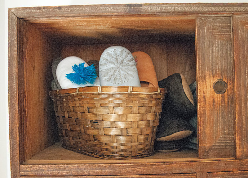 画像: スリッパは、かごに入れて収納