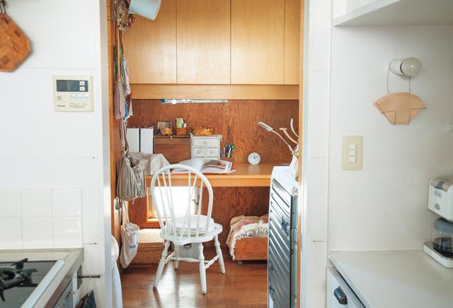 画像: 台所横のデスクには料理書などを