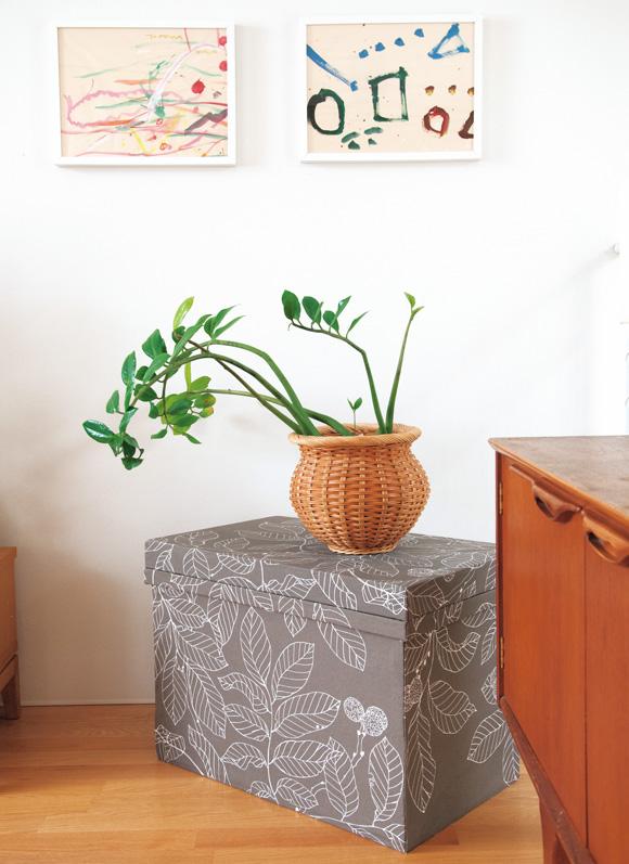 画像: 家具に合わせて布をチョイス。グリーンの置き場としても◎