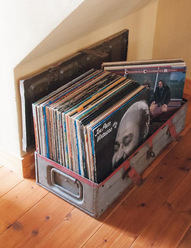 画像: ブリキのトランクにレコード