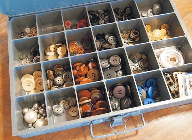 画像: 工具用の箱にボタンを収納