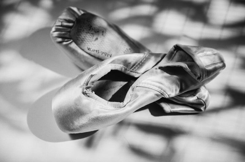 画像: 年間300足も履きつぶすというトゥシューズ。およそ1日1足の計算で、いかに稽古がハードかが伝わってくる。新品に替えるときは、必ず古いシューズにお礼をいう。だれよりも物を大事にするその姿は、松山バレエ団員の間でも知られており、技術だけでなく心の教育を重んじる当団の思いがあらわれている
