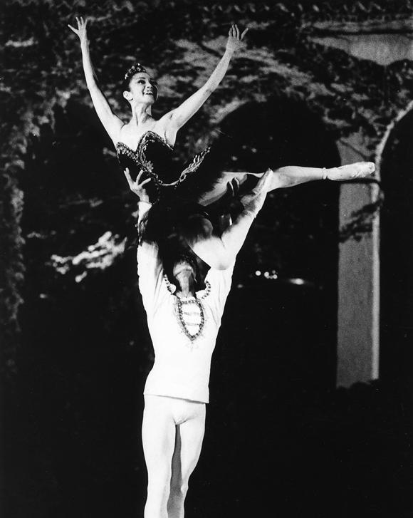 画像: 1974年、ヴァルナ国際バレエコンクール金賞「白鳥の湖」より黒鳥のパ・ド・ドゥ。清水哲太郎さんと